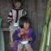 Enfants dans un village ethnique